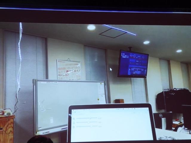 画面右上、LEDテープが青く光っている