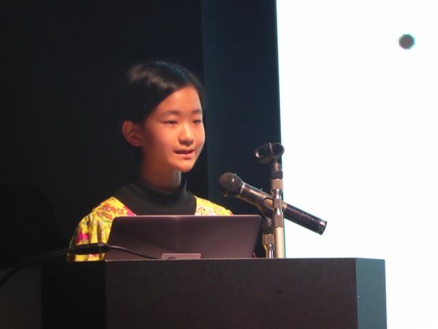 堂々と発表する小学6年生佐々木ハナさん