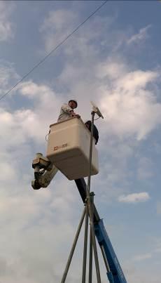 高所作業車でアンテナを設置