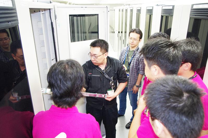 初めてデータセンター内のサーバールームを見学